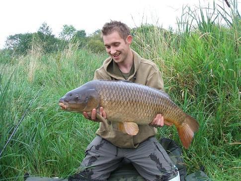 Карп, пойманный на штекерное удилище с поплавком