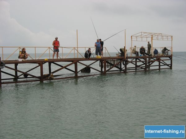 Для рыбалки на Черном море с пирса берут свои снасти