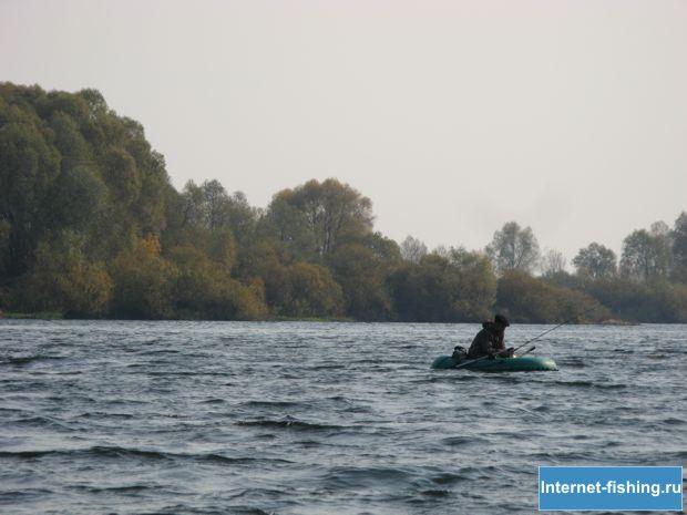 Угра - рыбак на лодке